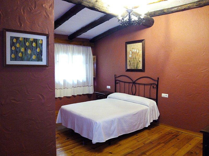 Habitación doble hotel Las Buitreras en Cortes de
